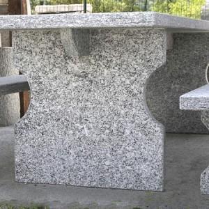 tavolo e panche da giardino in serizzo